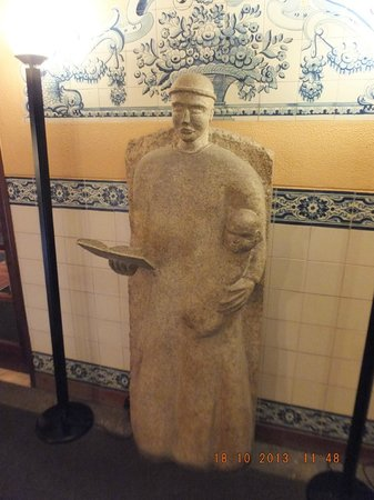 Hotel Internacional: Statue on 1st floor