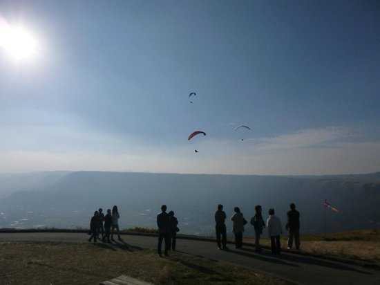 Daikanbo: Paragliders taking advantage of the beautiful weather conditions and view, in the late afternoon