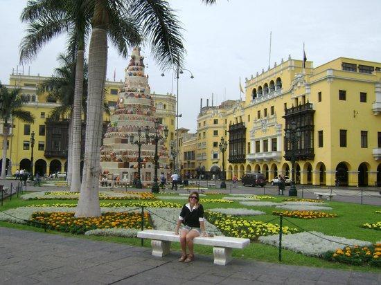 Gran Hotel Bolivar: vista do hotel de frente na praça