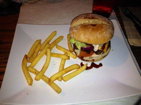 Iisalmi, Finnland: Chaplin burger, cold, with 14 fries. 16 euro.