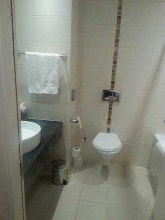 Harlequin Hotel Castlebar: Bathroom