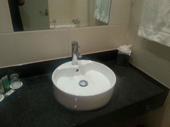 Harlequin Hotel Castlebar: Bathroom with space to put things!
