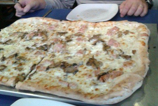 Pizzametro: Pizza medio metro carbonara.  DELICIOSA.