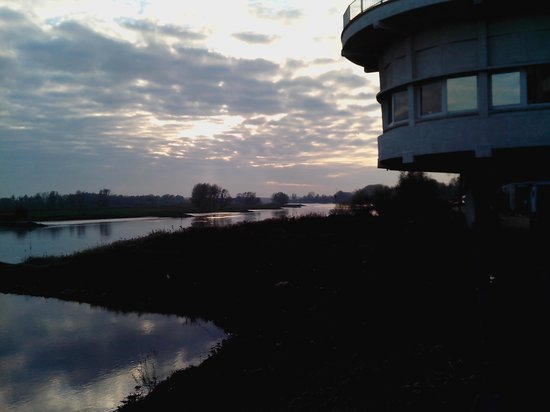 NH Arnhem Rijnhotel : View of the hotel from the bank of the river