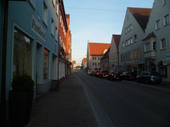 Posthotel Traube: Fachada do hotel e a rua em que está localizado