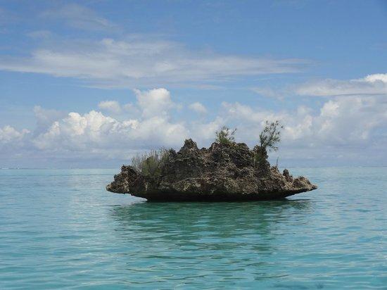 Namori Tours Sortie Dauphins : rocher en forme de Benitier dans lagon entre morne et rivière noire