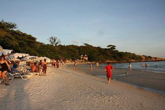 Sai Kaew Beach Resort: The main beach at sunset