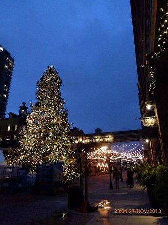 Distillery Historic District: árbol navideño