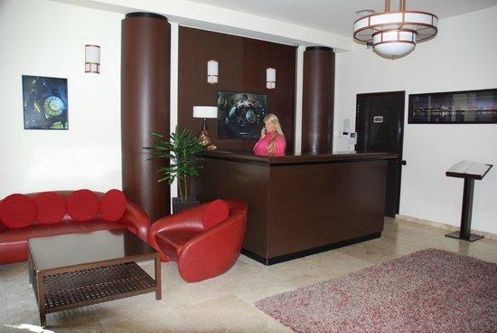 Bon Hotel: Ресепшн