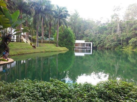 Brumadinho, MG : Um dos lagos com galeria ao fundo