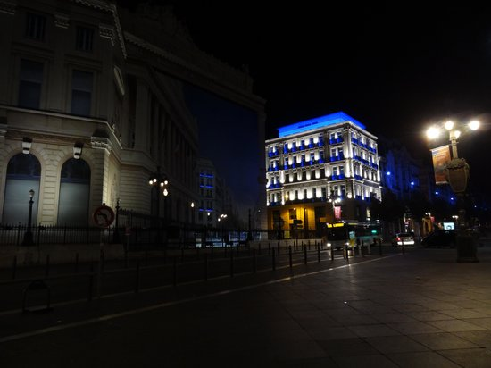 New Hotel Vieux Port : Hotel at night