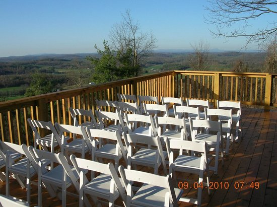 Bent Mountain Lodge Bed and Breakfast: Deck with 35 mile view over parkway set up for wedding