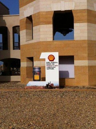 The Palace Port Ghalib: Entrée de l'hotel avec affiches et PLV Shell