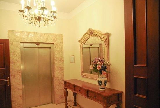 Hotel Garden Palace: Лифт