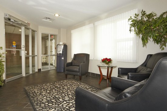 Colonial Square Inn & Suites: Lobby