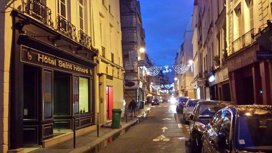 Hotel Saint-Honore : ruse st honore w lots of restos and boulangerie