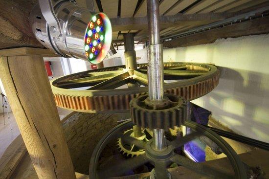 Villeveque, France: Les engrenages reliés à la roue à aubes entraînent la courroie de la génératrice pour produire d