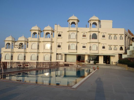Bhairav Garh Palace: Hotel view on pool side