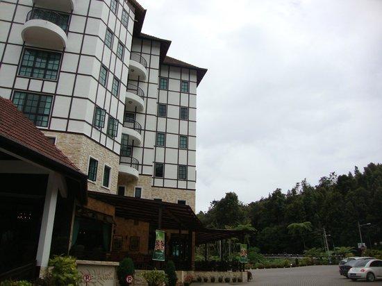 Hotel De' La Ferns: outside hotel