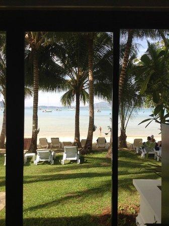 Panwa Beach Resort, Phuket: Пляж из окна номера. Вечером светятся яхты, соседний берег и подсвечиваются пальмы