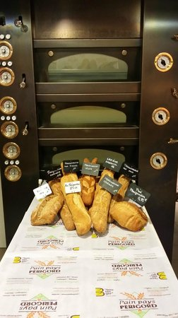 Boulangerie Patisserie Ulrich : notre jolie four  a sole avec notre gamme de Perigourdine