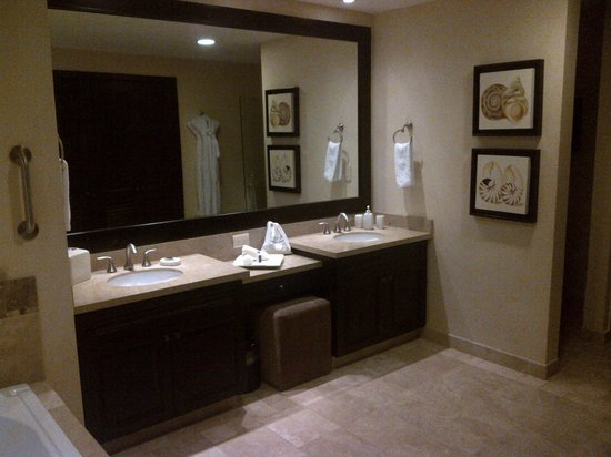Ensuite double sink vanity picture of garza blanca for Ensuite lighting ideas