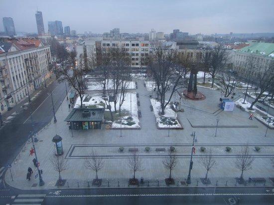 Novotel Vilnius: Вид из двухместного номера вечером.