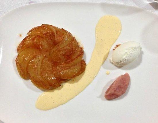 La Forquilla Restaurant: Apple pie with vanilla cream, yogurt ice cream and pink wine sauce