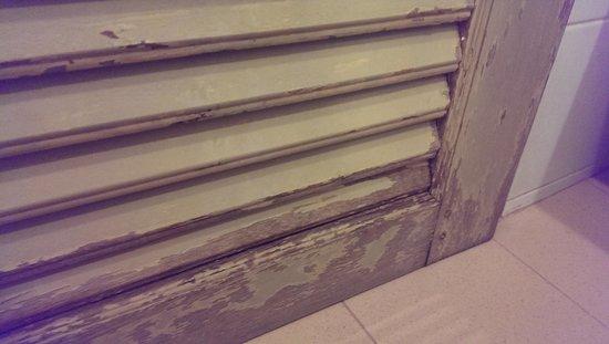 Lido Beach Hotel : broken door humidity problem