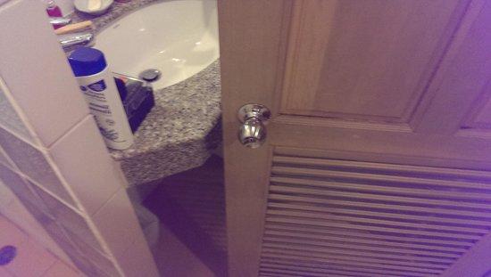 Lido Beach Hotel : door doesnt open too smal living spaces
