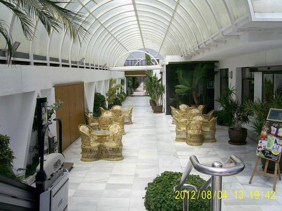 Hotel Don Angel: под навесом перед входом в отель