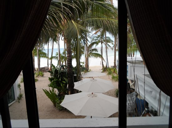 Boracay Beach Resort: The view outside the living room window