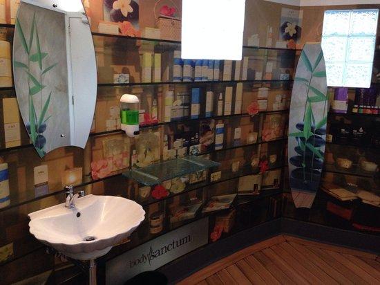 Queenstown Holiday Park & Motel Creeksyde : Ladies bathroom basins