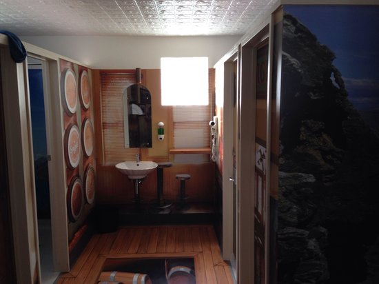 Queenstown Holiday Park & Motel Creeksyde : Men's basins