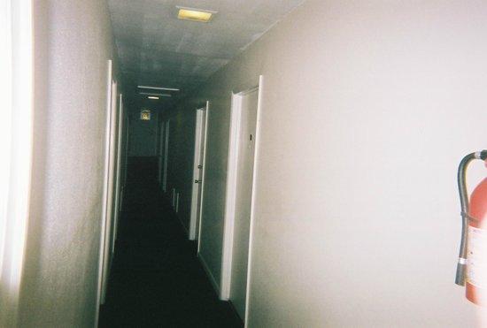 Port Zedler Motel: Second floor long narrow hallway. April 2008