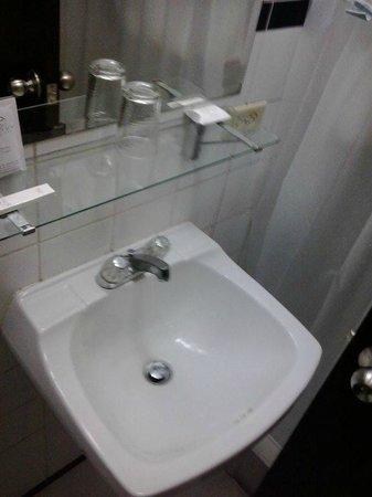 باي فيو هوتل: Banheiro com louças sujas.