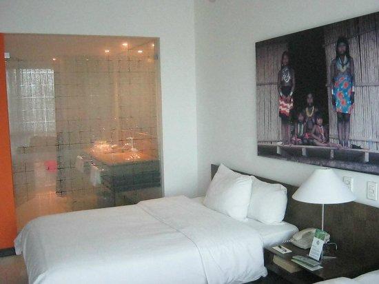Radisson Decapolis Hotel Panama City : Gorgeous room with minibar and desk Decapolis