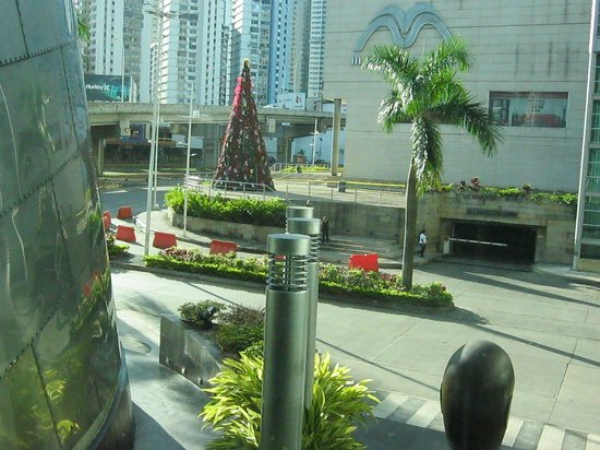 Radisson Decapolis Hotel Panama City : Casino and shopping concourse across the street in Panama City