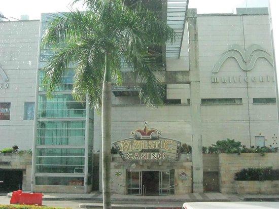 Radisson Decapolis Hotel Panama City : Casino and shopping concourse across from Radisson Decapolis