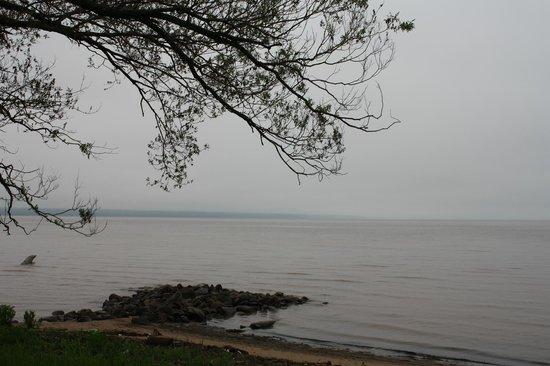 Ashland Motel: lake across from the motel