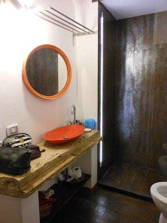 Bagno con lavandino molto particolare foto di le - Pizzeria le finestre roma ...