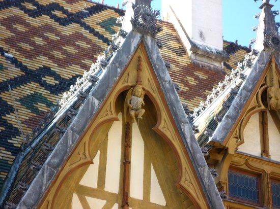 Musée de l'Hôtel-Dieu : Gekleurde daktegels