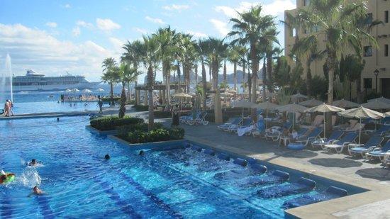 Hotel Riu Santa Fe : Prt of main pool and cruise ship