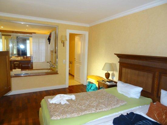 Hotel Vier Jahreszeiten Kühlungsborn: Schlafzimmer mit Glaswand zum Badezimmer
