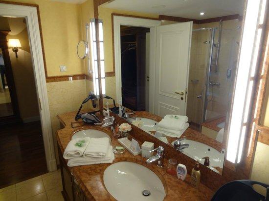 Hotel Vier Jahreszeiten Kühlungsborn: Bad mit Doppelwaschbecken, Badewanne und Dusche