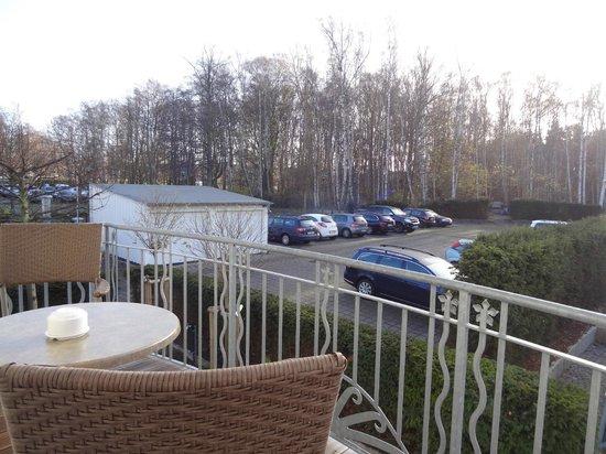 Hotel Vier Jahreszeiten Kühlungsborn: Aussicht vom hinteren Balkon Zimmer 144 auf Parkplatz