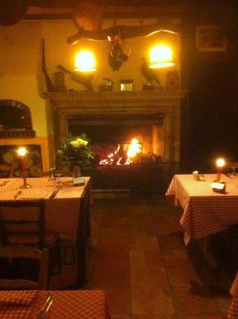 Grotto Pan Perdu: tavoli davanti al camino