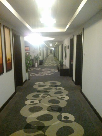 City Seasons Hotel Muscat: A corridor in the hotel