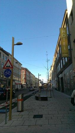 Hotel Exe Vienna: Die Ottakringer Strasse vor dem Hoteleingang