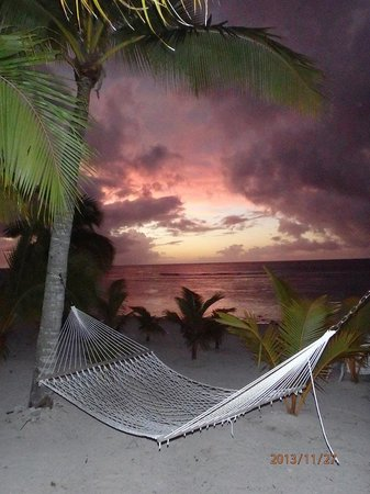 Sunset Resort: Hammocks on the beach to relax